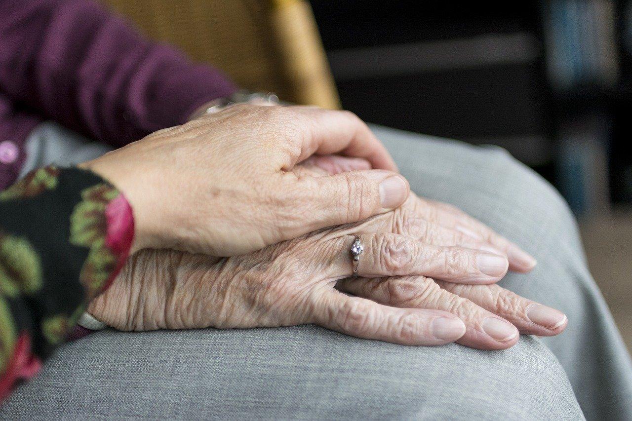 Alte Hände von Familienangehörigen, die sich erstmal seit dem Mauerfall wiedersehen
