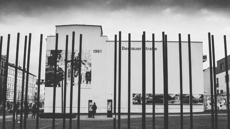 Die Bernauer Straße als Gedenkort der Berliner Mauer zeigt eine neue Sonderausstellung.
